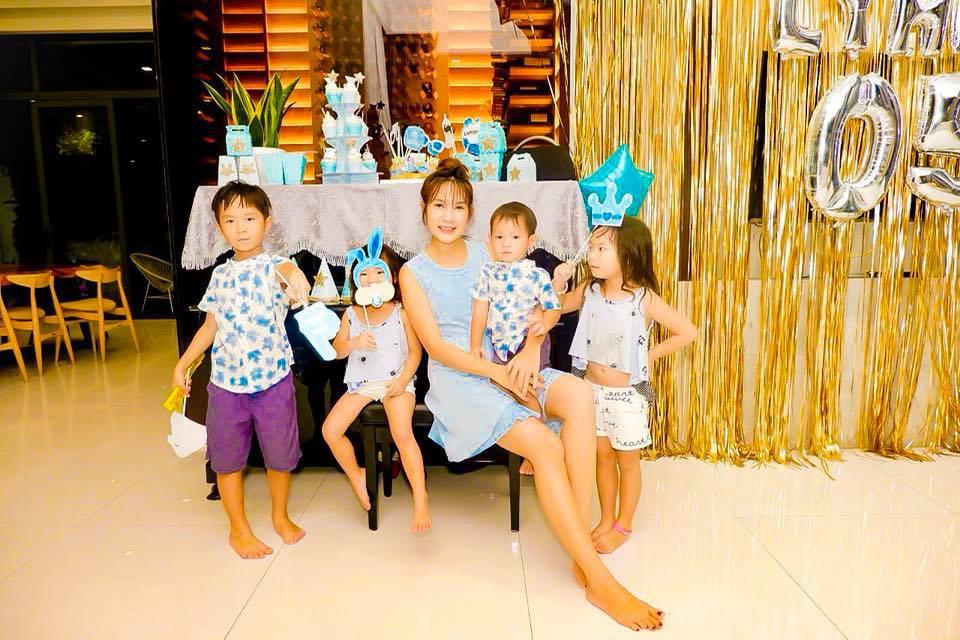 Lý Hải đón tuổi 50 bên vợ và các con nhưng hình ảnh trang trí trong bữa tiệc mới là điều được chú ý - Ảnh 3.