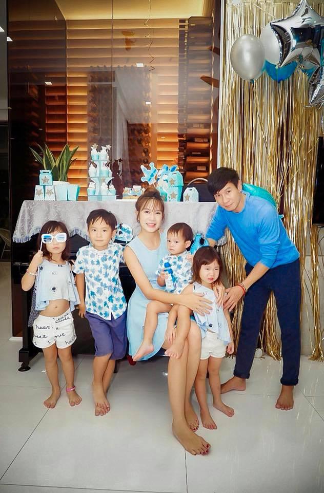 Lý Hải đón tuổi 50 bên vợ và các con nhưng hình ảnh trang trí trong bữa tiệc mới là điều được chú ý - Ảnh 1.