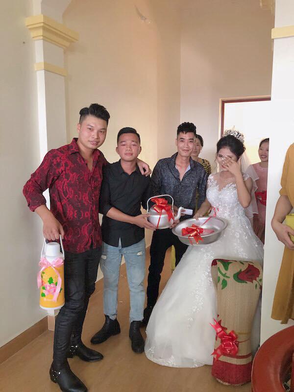 Quà cưới theo phong cách siêu thực tế của hội bạn thân: Chiếu để gia đình ăn cơm, phích nước và chậu nhôm cho cô dâu đi đẻ - Ảnh 3.