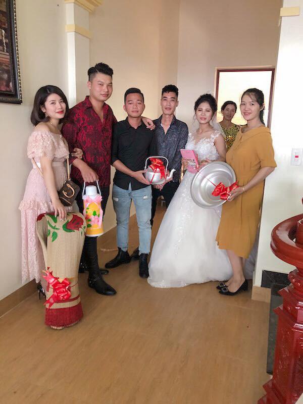 Quà cưới theo phong cách siêu thực tế của hội bạn thân: Chiếu để gia đình ăn cơm, phích nước và chậu nhôm cho cô dâu đi đẻ - Ảnh 4.