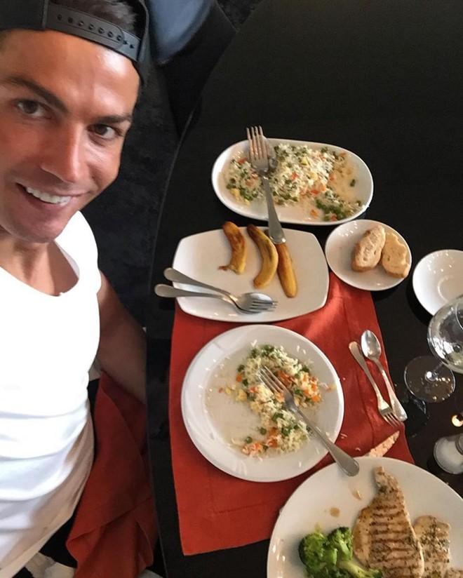 Chị em nhớ lấy xô hứng nước miếng trước khi xem loạt ảnh này của Ronaldo nhé - Ảnh 8.