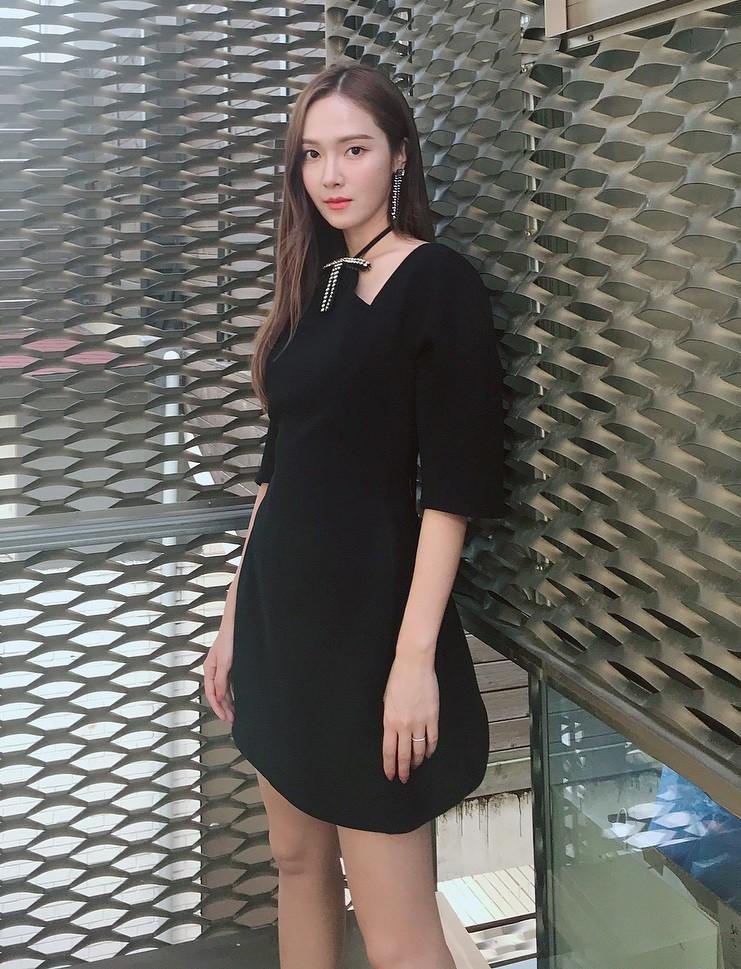 """Xinh xắn lại còn hack dáng, chẳng trách Jessica, Seohyun (SNSD), Jisoo (Black Pink) và Chungha đều cùng """"đối đầu"""" với mẫu váy này - Ảnh 1."""