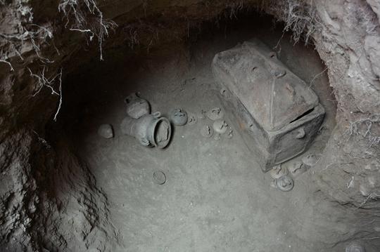 Ô tô sụt hố, lọt xuống mộ cổ 3.400 năm - Ảnh 1.