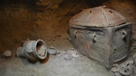 Ô tô sụt hố, lọt xuống mộ cổ 3.400 năm - Ảnh 3.