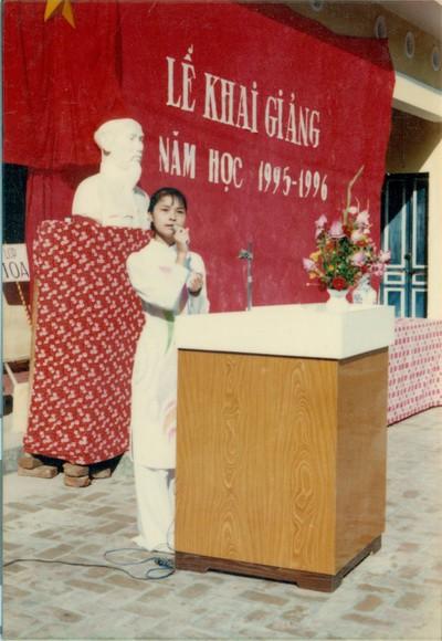 Chùm ảnh lễ khai giảng của thế hệ 7x, 8x: Còn ai nhớ về 1 thời quần vải xanh, áo trắng, khăn quàng đỏ, mũ ca lô? - Ảnh 7.