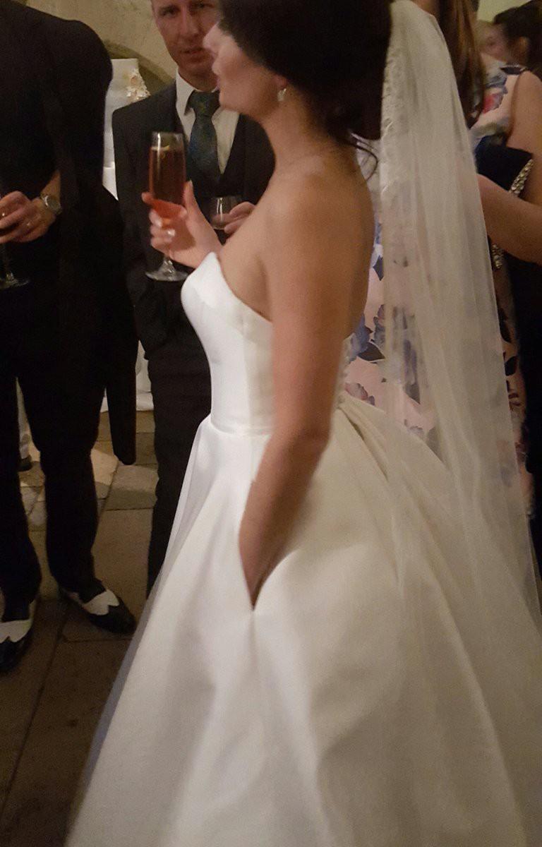 Chẳng phải váy công chúa đính đầy sương sa hột lựu, hóa ra chiếc váy cưới trong mơ của rất nhiều cô dâu chỉ cần có thứ này - Ảnh 1.