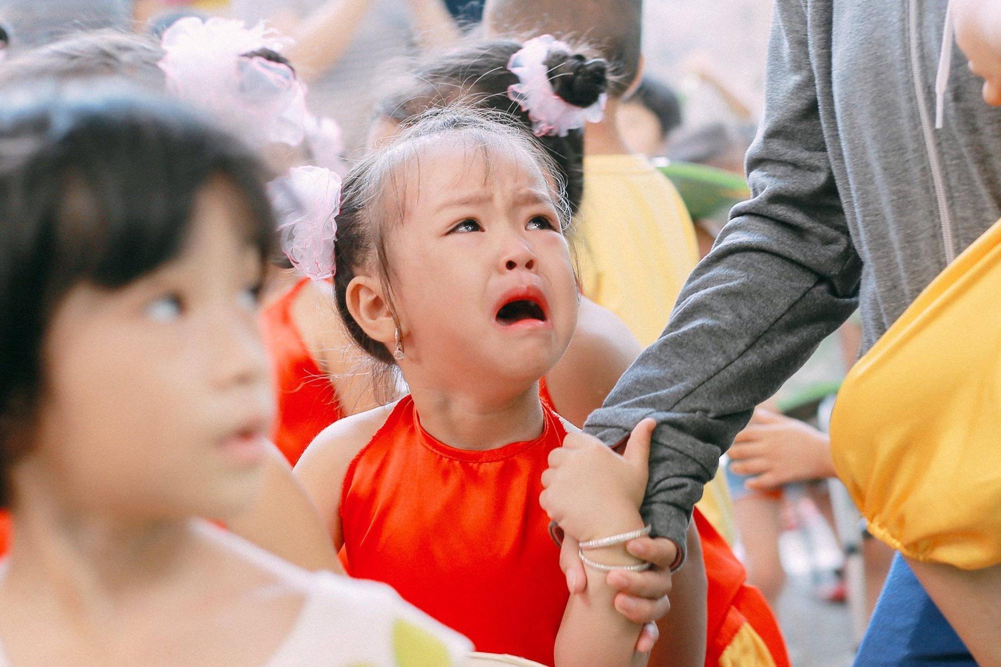 Chùm ảnh: Giọt nước mắt bỡ ngỡ và những biểu cảm khó đỡ của các em nhỏ trong ngày khai giảng - Ảnh 4.