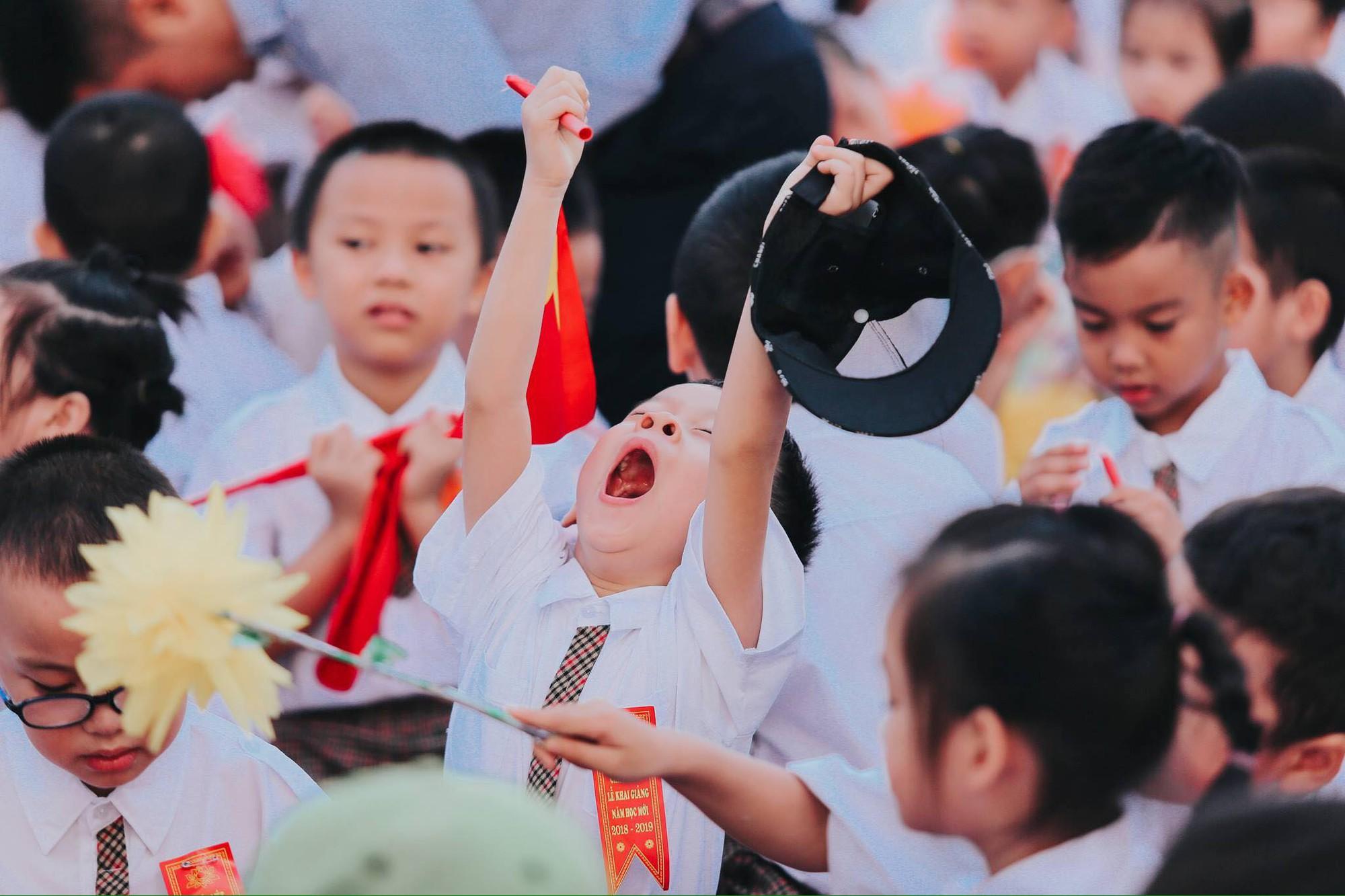 Chùm ảnh: Giọt nước mắt bỡ ngỡ và những biểu cảm khó đỡ của các em nhỏ trong ngày khai giảng - Ảnh 5.