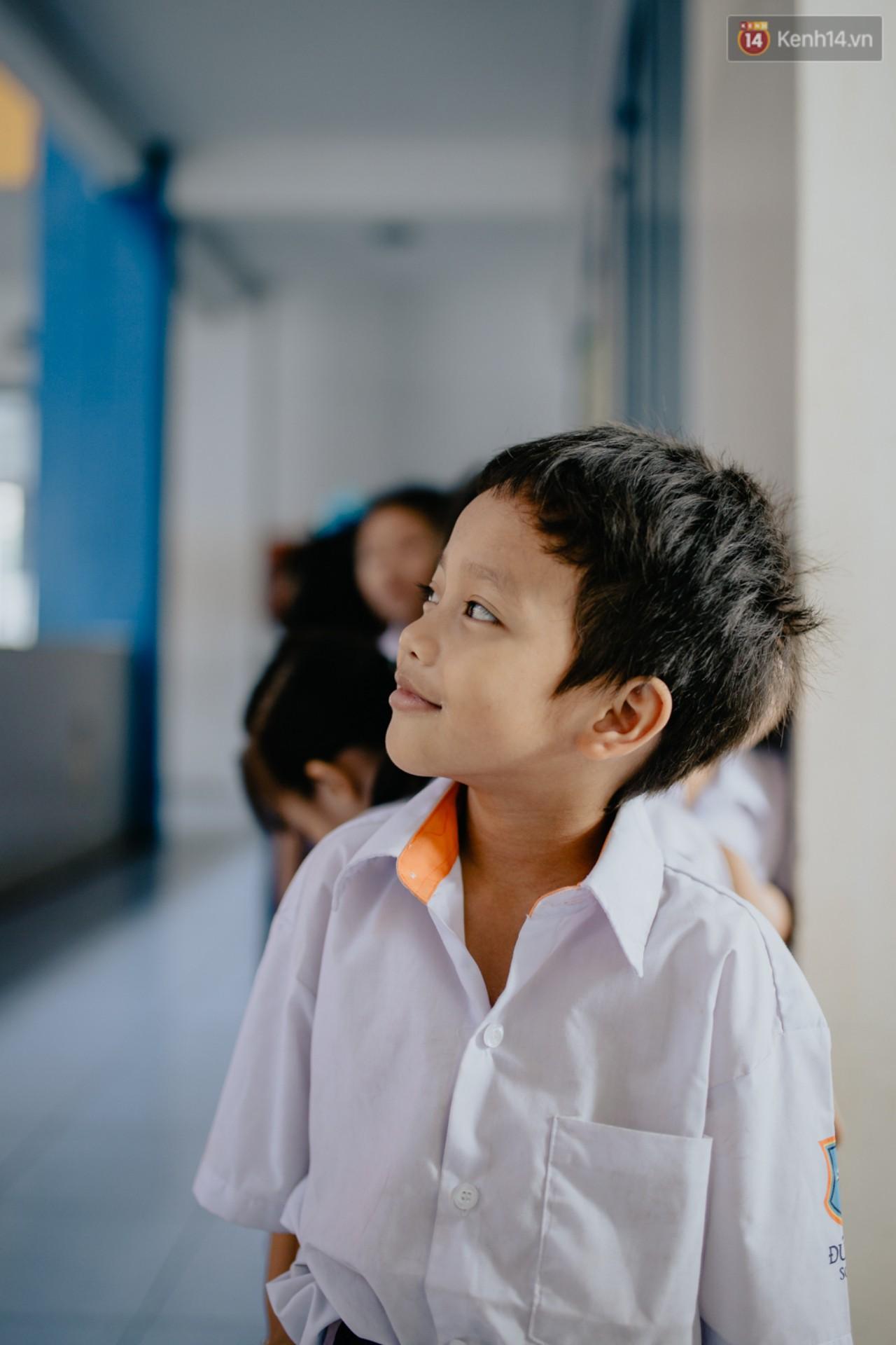 Cậu bé xếp dép ở nhà thờ Đức Bà dự buổi lễ khai giảng đầu đời: Đạt sẽ được đi học miễn phí suốt 12 năm - Ảnh 9.
