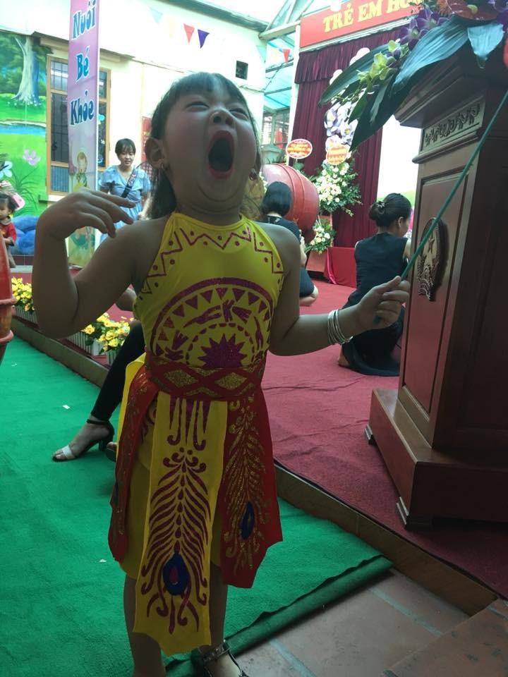 Chùm ảnh: Giọt nước mắt bỡ ngỡ và những biểu cảm khó đỡ của các em nhỏ trong ngày khai giảng - Ảnh 6.