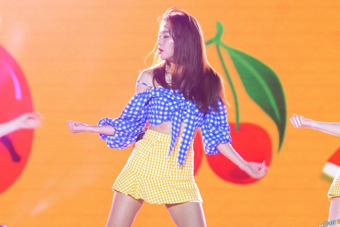 Croptop không khiến Seulgi (Red Velvet) lộ hàng nhưng lại khiến cô rơi vào sự cố oái oăm hơn nữa - Ảnh 2.