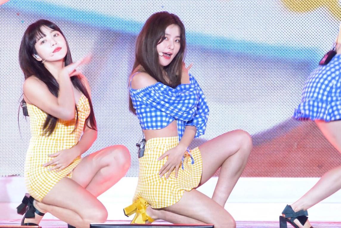 Croptop không khiến Seulgi (Red Velvet) lộ hàng nhưng lại khiến cô rơi vào sự cố oái oăm hơn nữa - Ảnh 3.