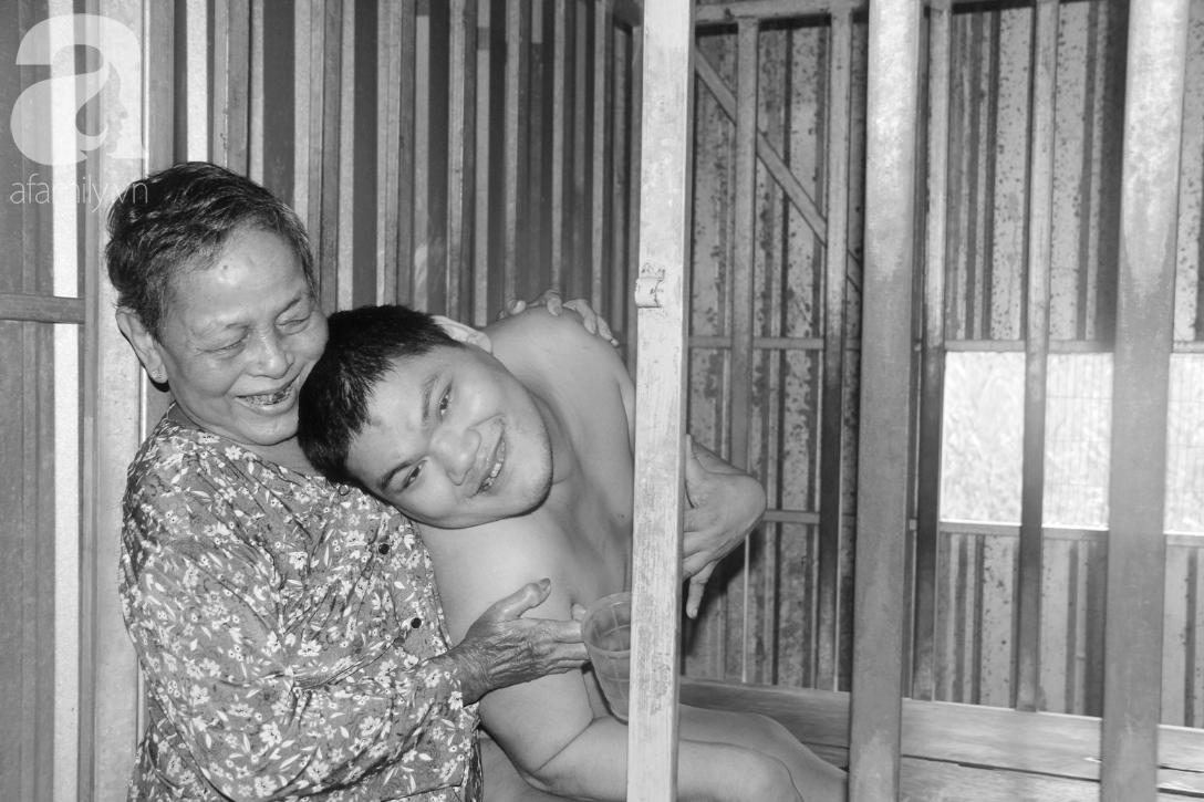 Câu chuyện xúc động về mẹ: 36 năm nuôi con trai lớn tồng ngồng vẫn ngây dại bên mẹ già bệnh tật - Ảnh 1.