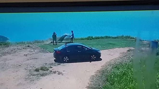Hai thanh niên đi ô tô trộm cỏ trên núi Sơn Trà lén lút mang trả lại - Ảnh 1.