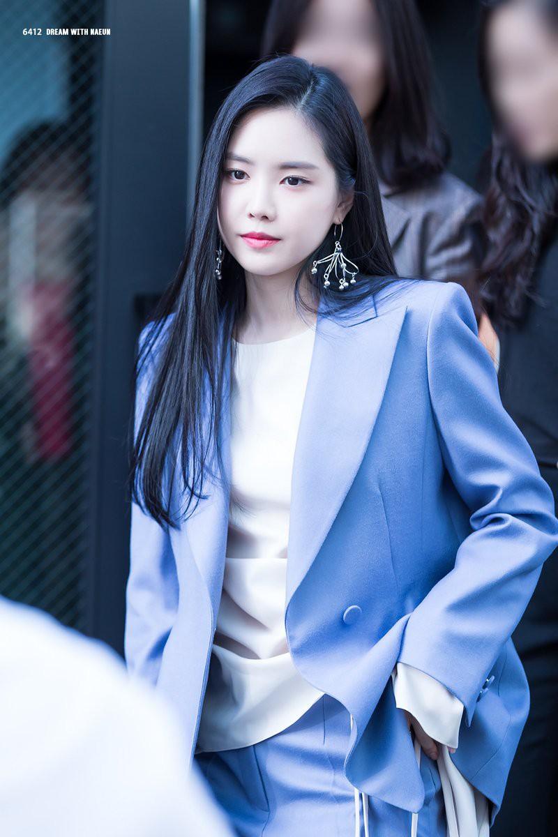 Lâu lâu Naeun (A Pink) mới lại mặc suit kín bưng, netizen Hàn khen hết lời: Không phải cô thì chẳng ai mặc đẹp được đến thế! - Ảnh 4.