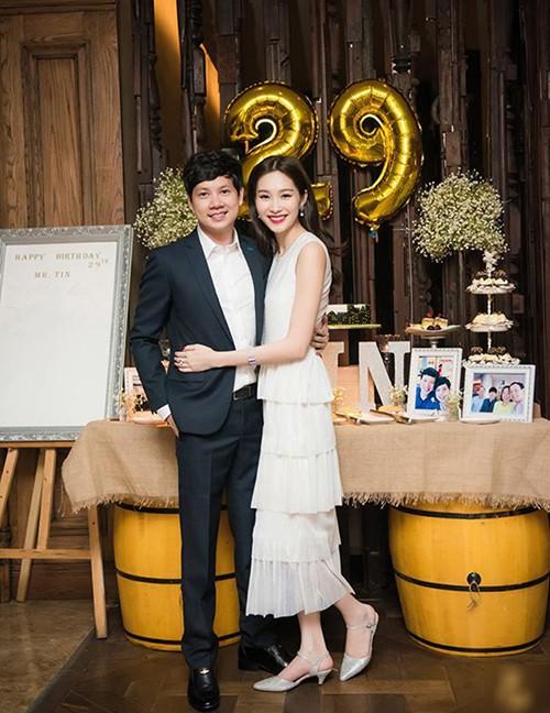 Sau khi kết hôn, Á hậu Tú Anh chỉ chọn đi giày bệt chắc hẳn không phải vì bầu bí mà vì lý do cực kỳ tinh tế này - Ảnh 13.