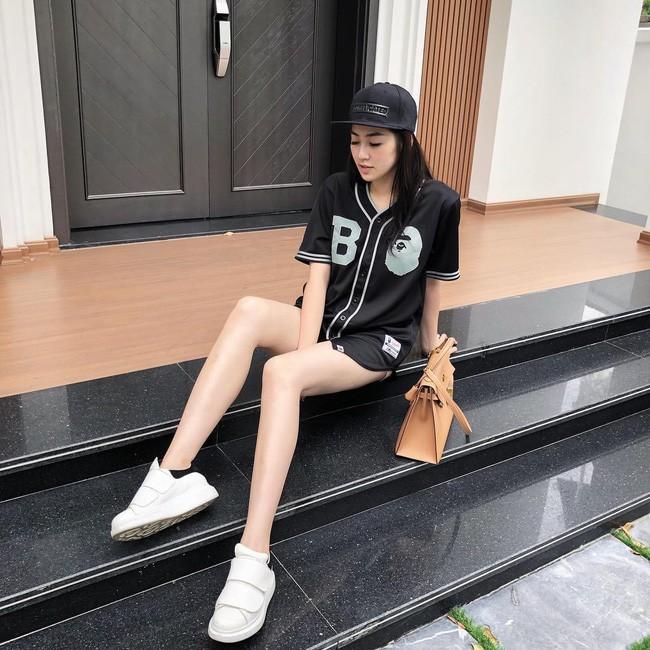 Sau khi kết hôn, Á hậu Tú Anh chỉ chọn đi giày bệt chắc hẳn không phải vì bầu bí mà vì lý do cực kỳ tinh tế này - Ảnh 9.