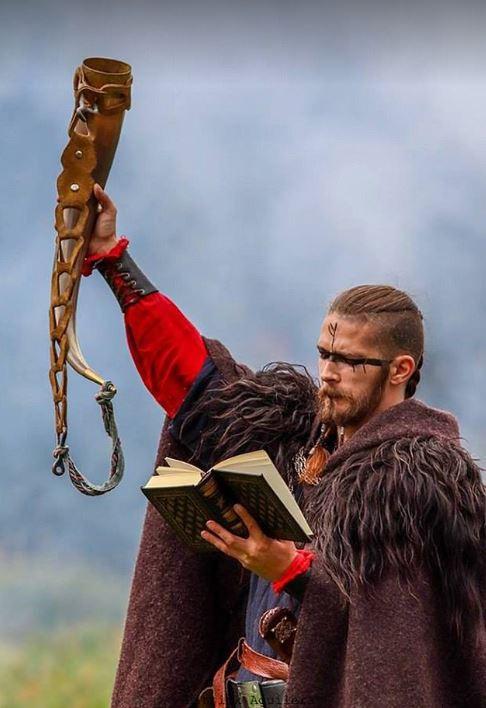 Cặp đôi Na Uy tổ chức đám cưới với thuyền chiến và cắt máu ăn thề theo đúng chuẩn Viking - Ảnh 3.