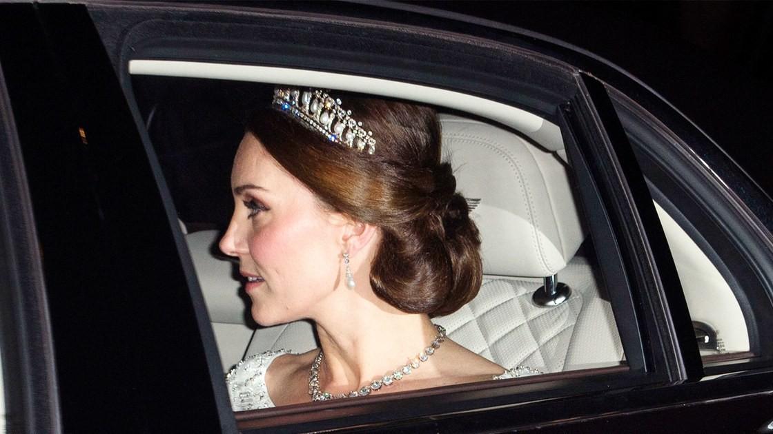 Ngay cả khi diện trang sức, Công nương Kate và Meghan cũng phải tuân thủ luật riêng để tránh bị cho là khoe của - Ảnh 1.