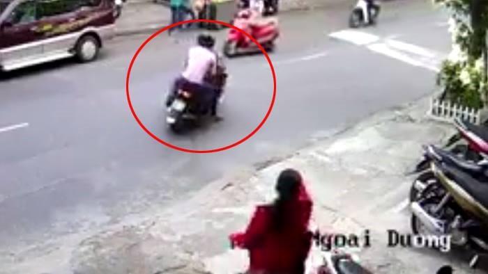 Cô gái đi xe máy bị 2 thanh niên đẩy ngã, cướp xe táo tợn ở Sài Gòn - Ảnh 1.