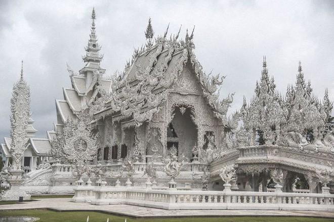 Tham quan ngôi đền Thái Lan sở hữu cây cầu địa ngục, cánh tay người chết và cổng vào thiên đường - Ảnh 1.