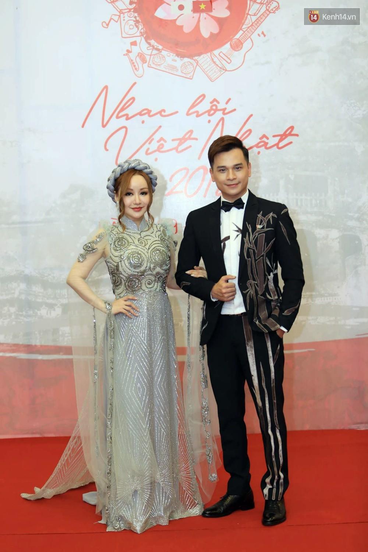Đông Nhi diện váy xẻ ngực táo bạo, hội ngộ hiện tượng âm nhạc thế giới Bút dứa - Táo bút tại thảm đỏ - Ảnh 12.