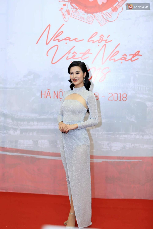 Đông Nhi diện váy xẻ ngực táo bạo, hội ngộ hiện tượng âm nhạc thế giới Bút dứa - Táo bút tại thảm đỏ - Ảnh 1.