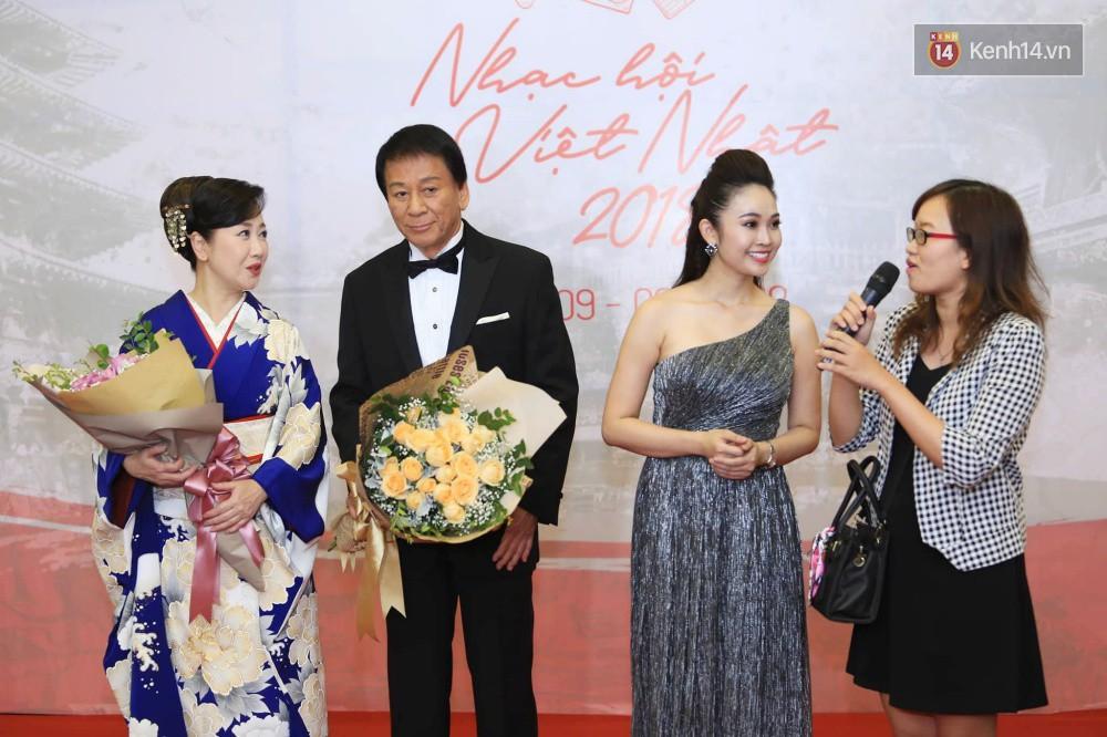 Đông Nhi diện váy xẻ ngực táo bạo, hội ngộ hiện tượng âm nhạc thế giới Bút dứa - Táo bút tại thảm đỏ - Ảnh 8.