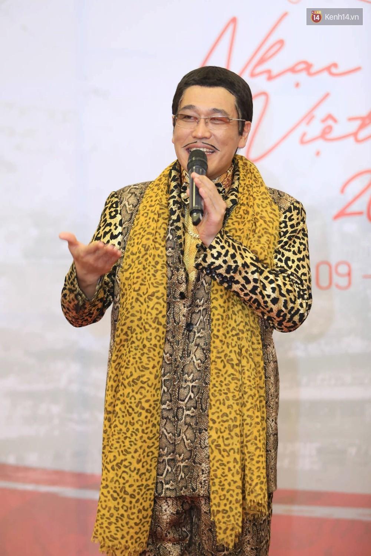 Đông Nhi diện váy xẻ ngực táo bạo, hội ngộ hiện tượng âm nhạc thế giới Bút dứa - Táo bút tại thảm đỏ - Ảnh 4.