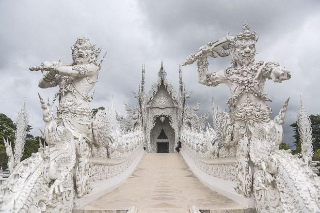 Tham quan ngôi đền Thái Lan sở hữu cây cầu địa ngục, cánh tay người chết và cổng vào thiên đường - Ảnh 4.