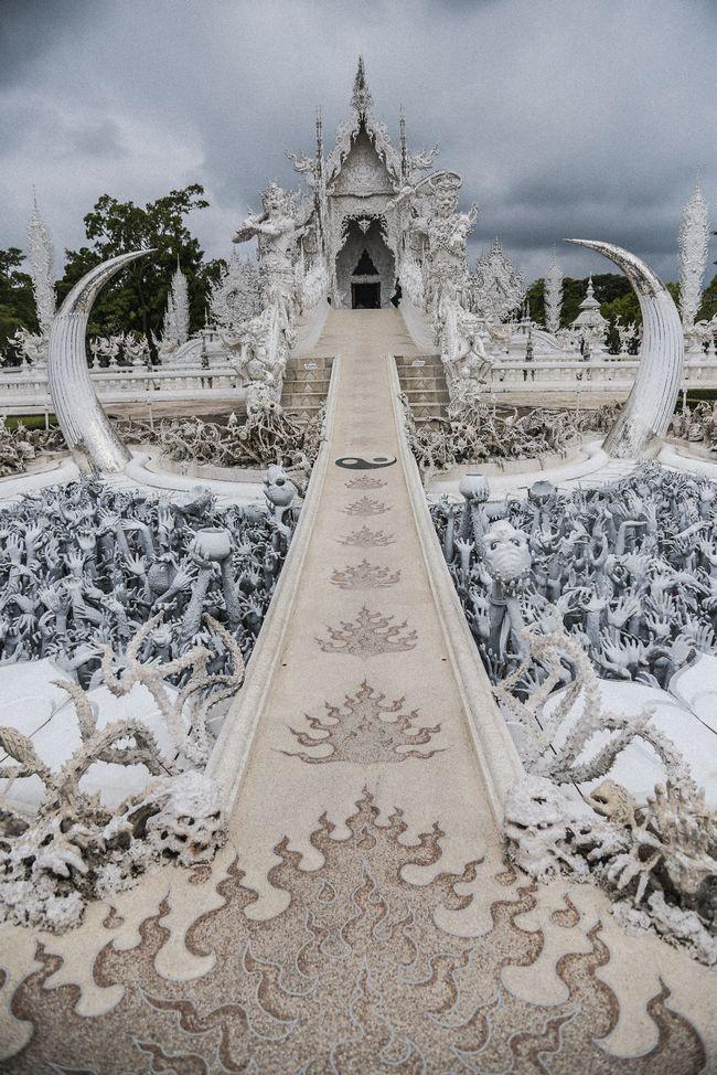 Tham quan ngôi đền Thái Lan sở hữu cây cầu địa ngục, cánh tay người chết và cổng vào thiên đường - Ảnh 7.