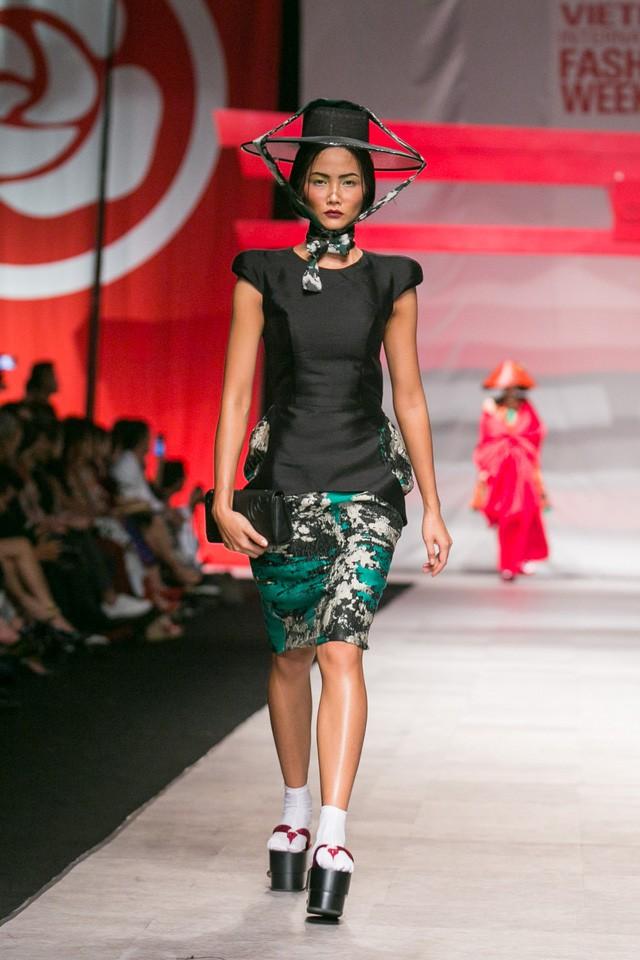 Trước khi đăng quang Hoa hậu, HHen Niê đã là một người mẫu sáng giá với những khoảnh khắc catwalk xuất thần như thế này đây - Ảnh 8.