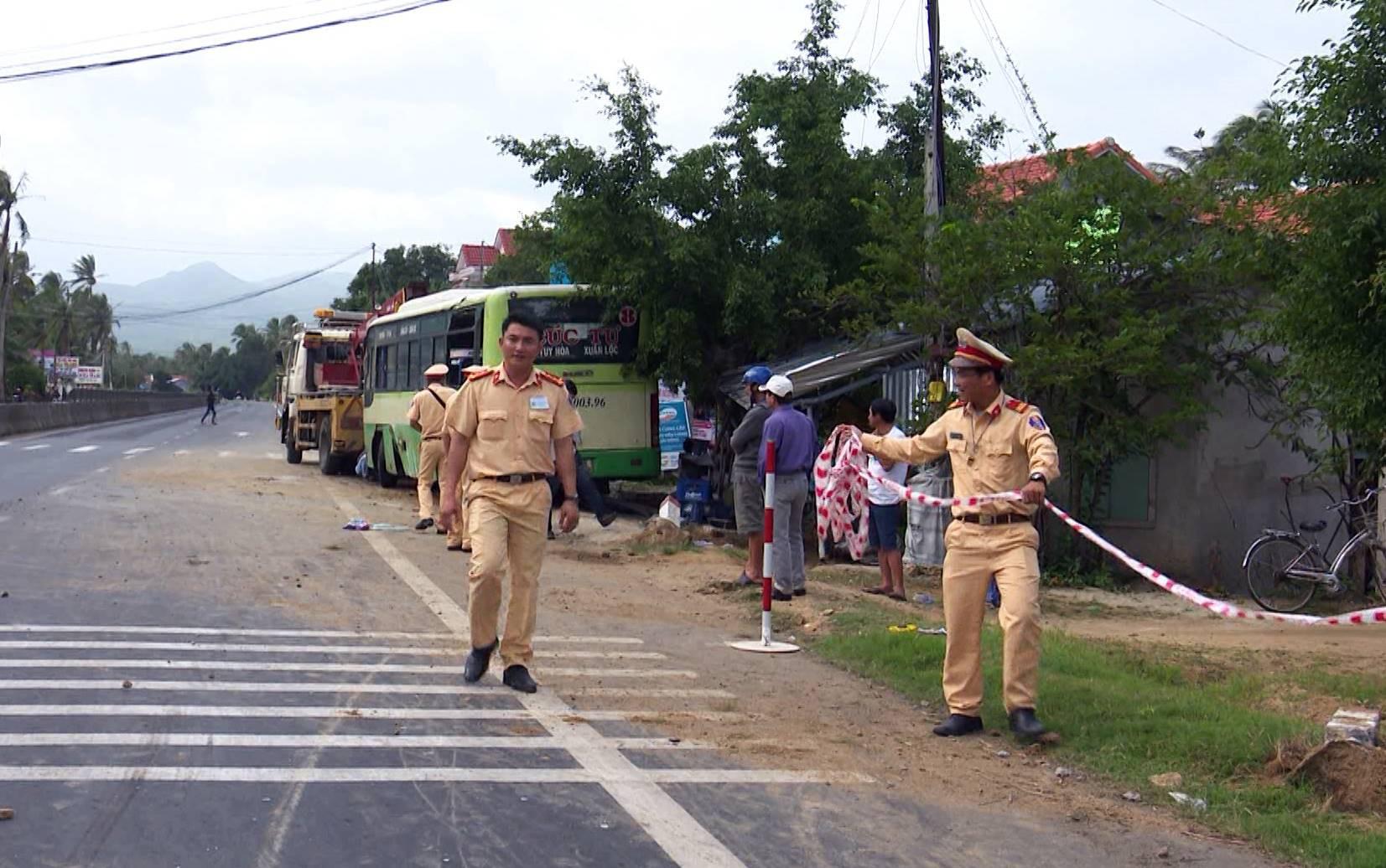 Phú yên: Xe Cúc Tư tông vào lề đường rồi lật úp, 3 hành khách bị thương - Ảnh 1.