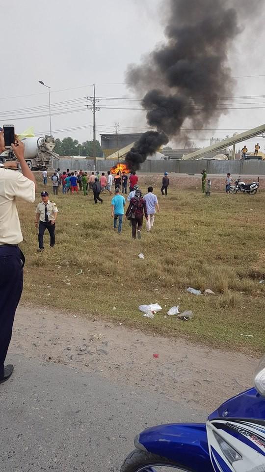 Đồng Nai: Sau khi bị xe bồn cuốn, xe máy bốc cháy ngùn ngụt giữa đường - Ảnh 1.