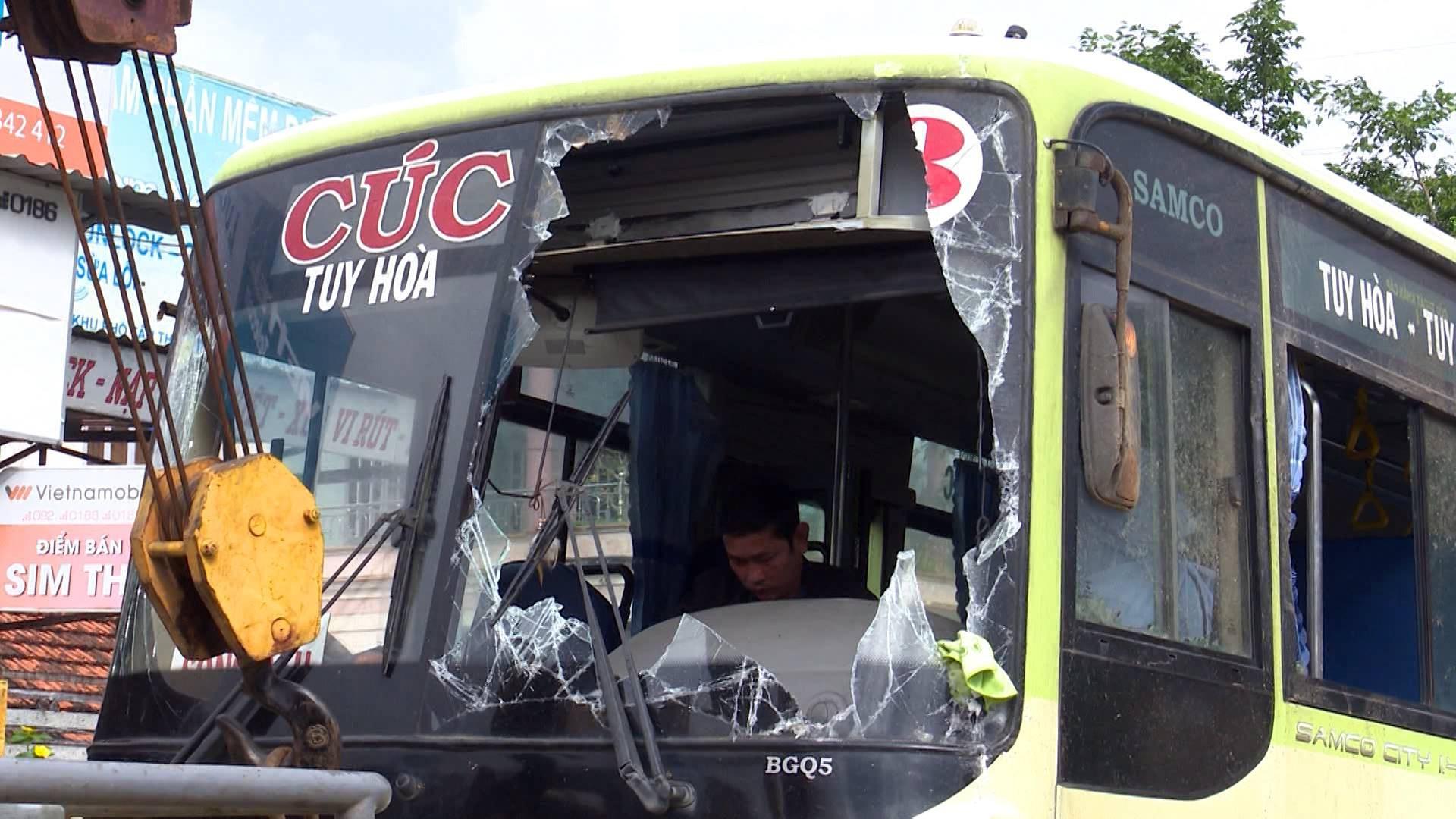 Phú yên: Xe Cúc Tư tông vào lề đường rồi lật úp, 3 hành khách bị thương - Ảnh 2.