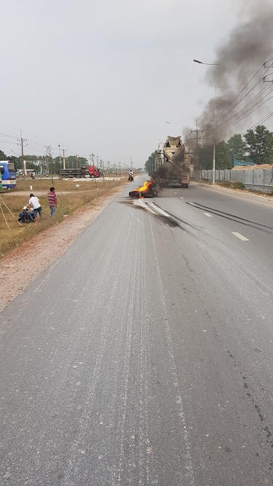 Đồng Nai: Sau khi bị xe bồn cuốn, xe máy bốc cháy ngùn ngụt giữa đường - Ảnh 2.