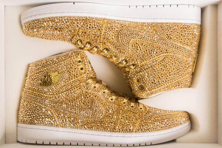 Ngắm mẫu giày Air Jordan đính 15 nghìn viên pha lê lóng lánh có giá gần 150 triệu đồng - Ảnh 2.