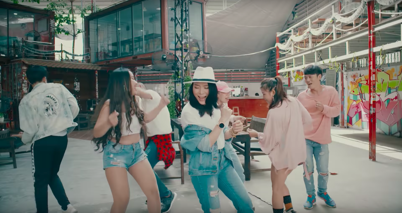 Không thể tin được Mỹ Tâm lại lầy lội đến thế này khi nhảy vũ điệu say rượu trong MV mới - Ảnh 6.