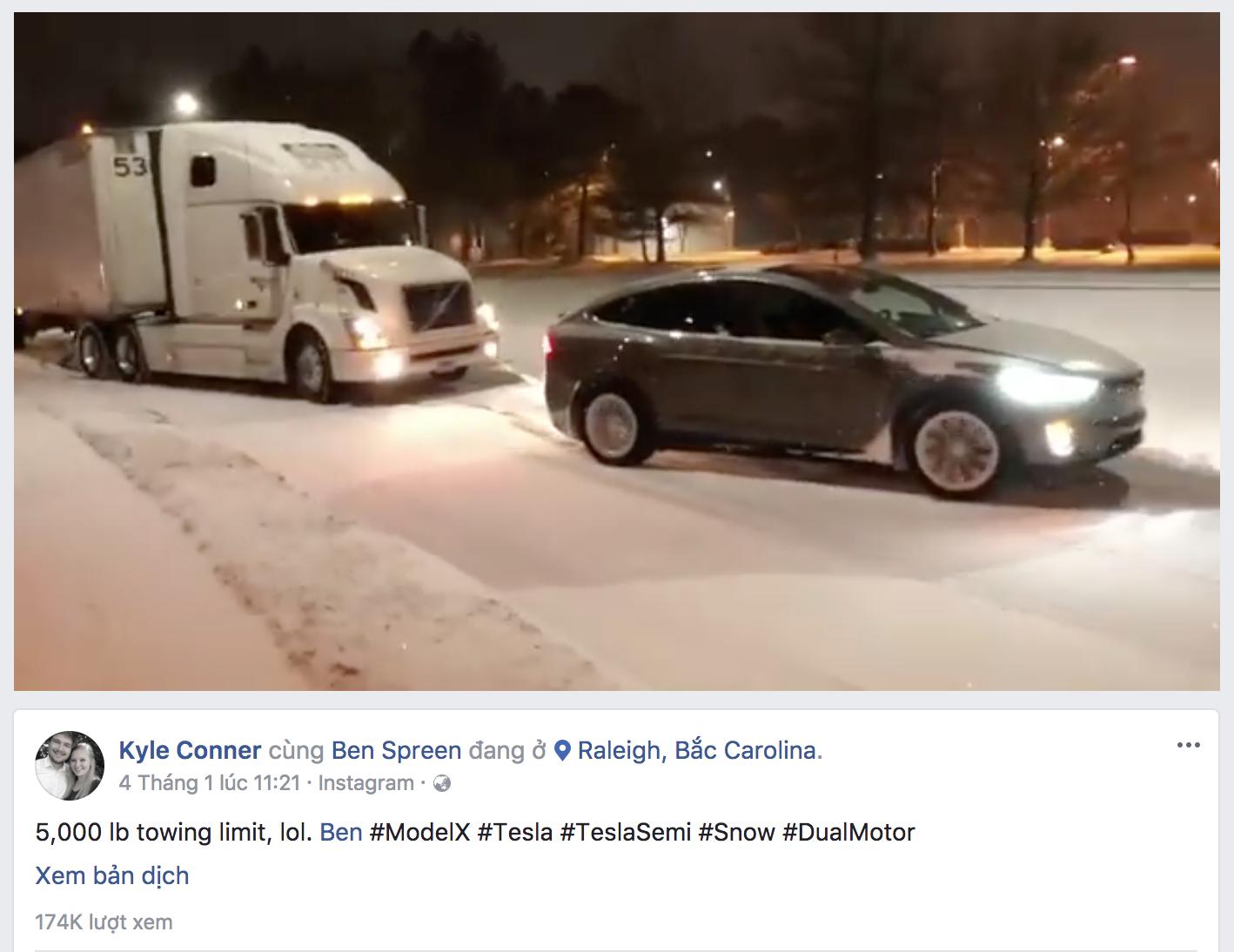 Xe điện Tesla lôi xe container lên dốc giữa trời mưa tuyết khiến cộng đồng mạng bất ngờ - Ảnh 1.