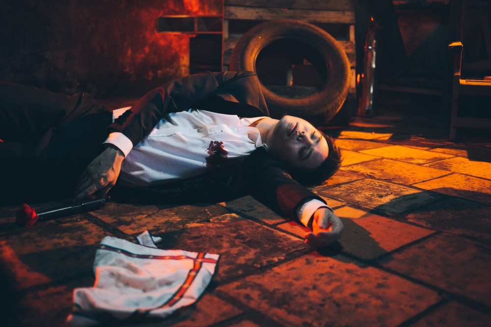 Biết bạn gái phản bội, hacker Trịnh Thăng Bình vẫn bất chấp yêu đến mức bị bắn chết trong MV mới - Ảnh 12.