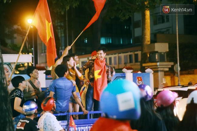 """Một đêm """"vui quên Tết"""" bởi U23 Việt Nam: Hôm nay ra đường, ai cũng dễ thương! - Ảnh 13."""