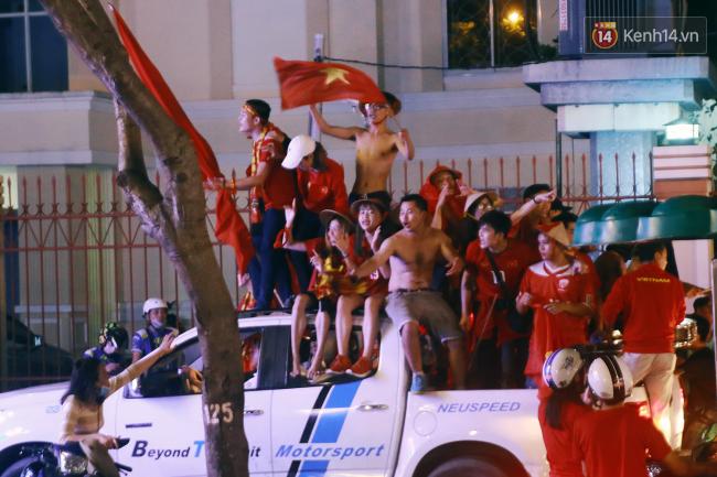 """Một đêm """"vui quên Tết"""" bởi U23 Việt Nam: Hôm nay ra đường, ai cũng dễ thương! - Ảnh 15."""