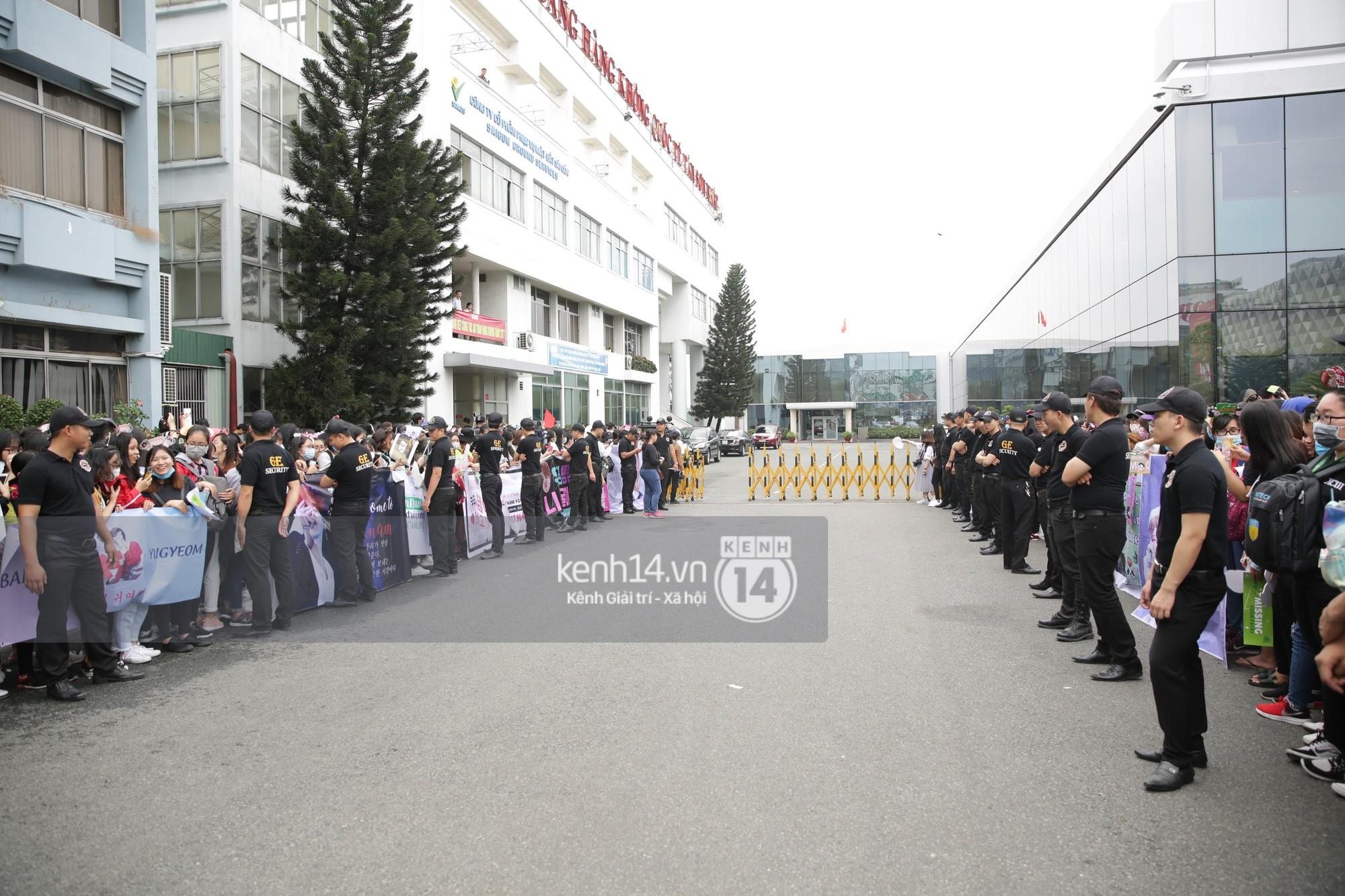 GOT7 cố vẫy chào tại sân bay Tân Sơn Nhất dù trời mưa to, fan Việt gây bất ngờ khi giữ thành hàng ngay ngắn chờ thần tượng - Ảnh 19.