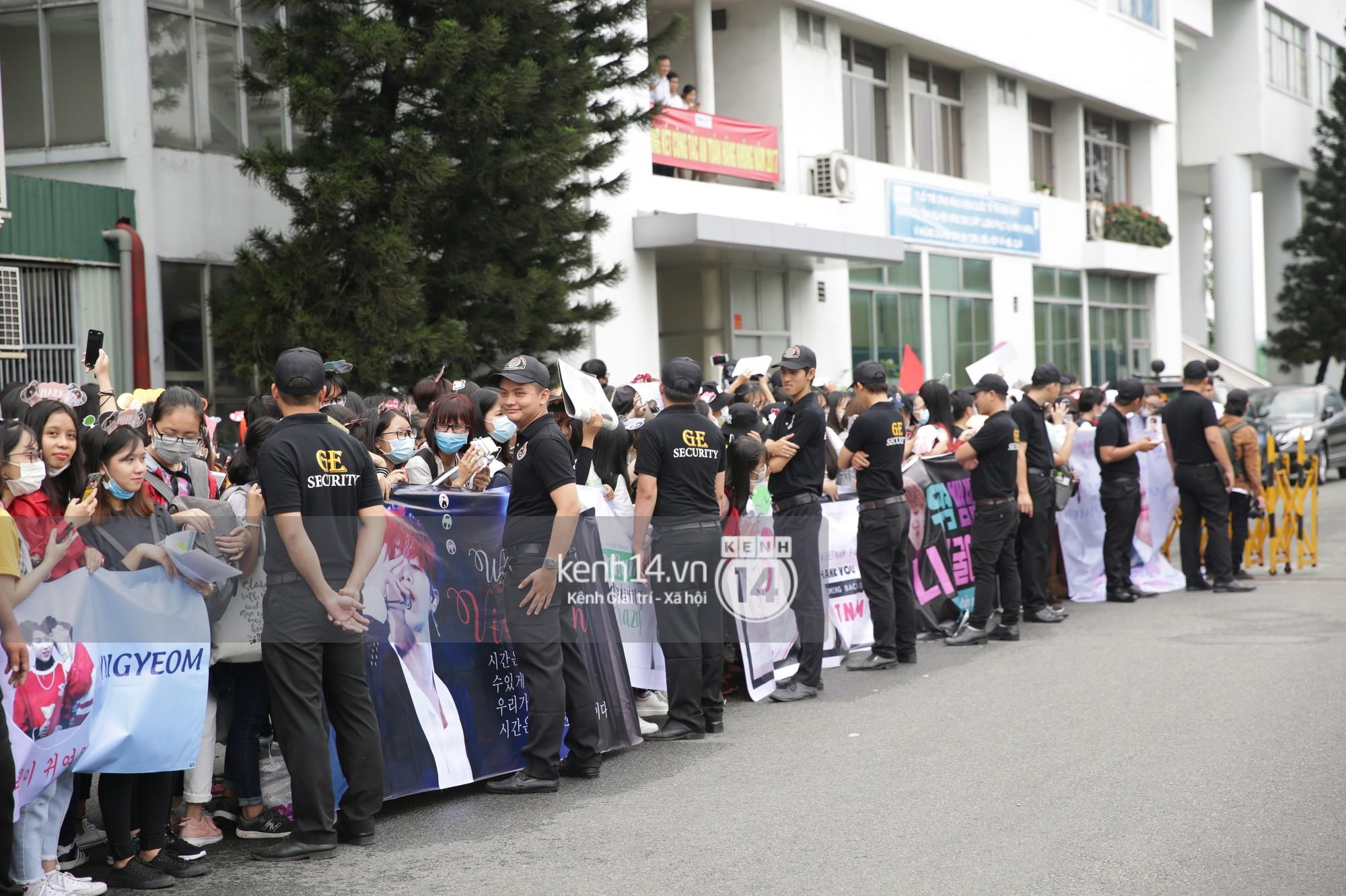 GOT7 cố vẫy chào tại sân bay Tân Sơn Nhất dù trời mưa to, fan Việt gây bất ngờ khi giữ thành hàng ngay ngắn chờ thần tượng - Ảnh 20.
