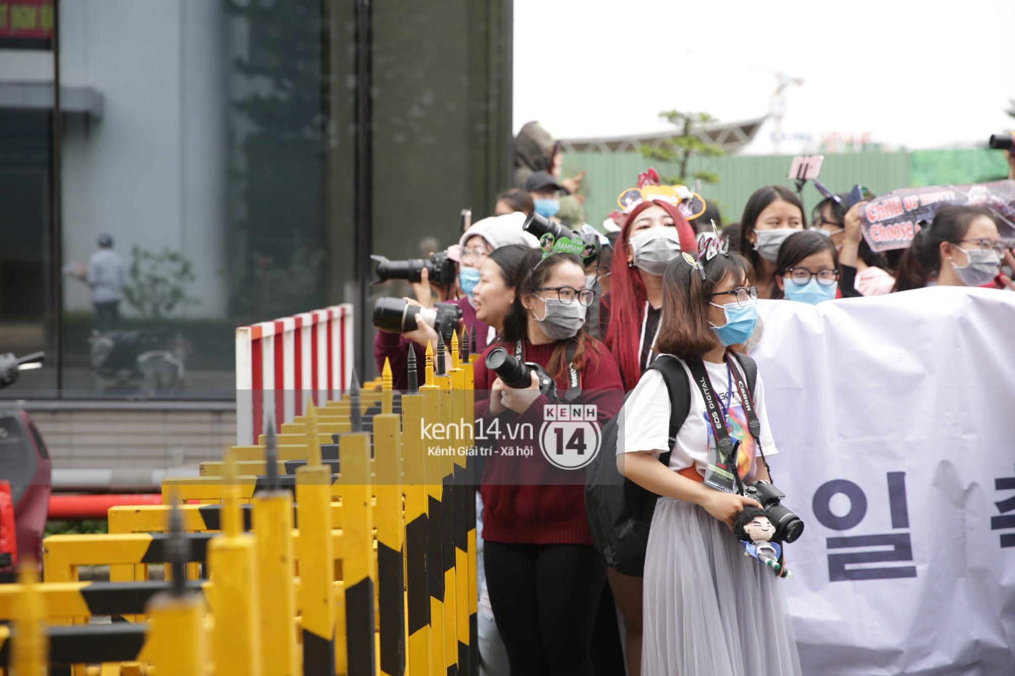 GOT7 cố vẫy chào tại sân bay Tân Sơn Nhất dù trời mưa to, fan Việt gây bất ngờ khi giữ thành hàng ngay ngắn chờ thần tượng - Ảnh 25.