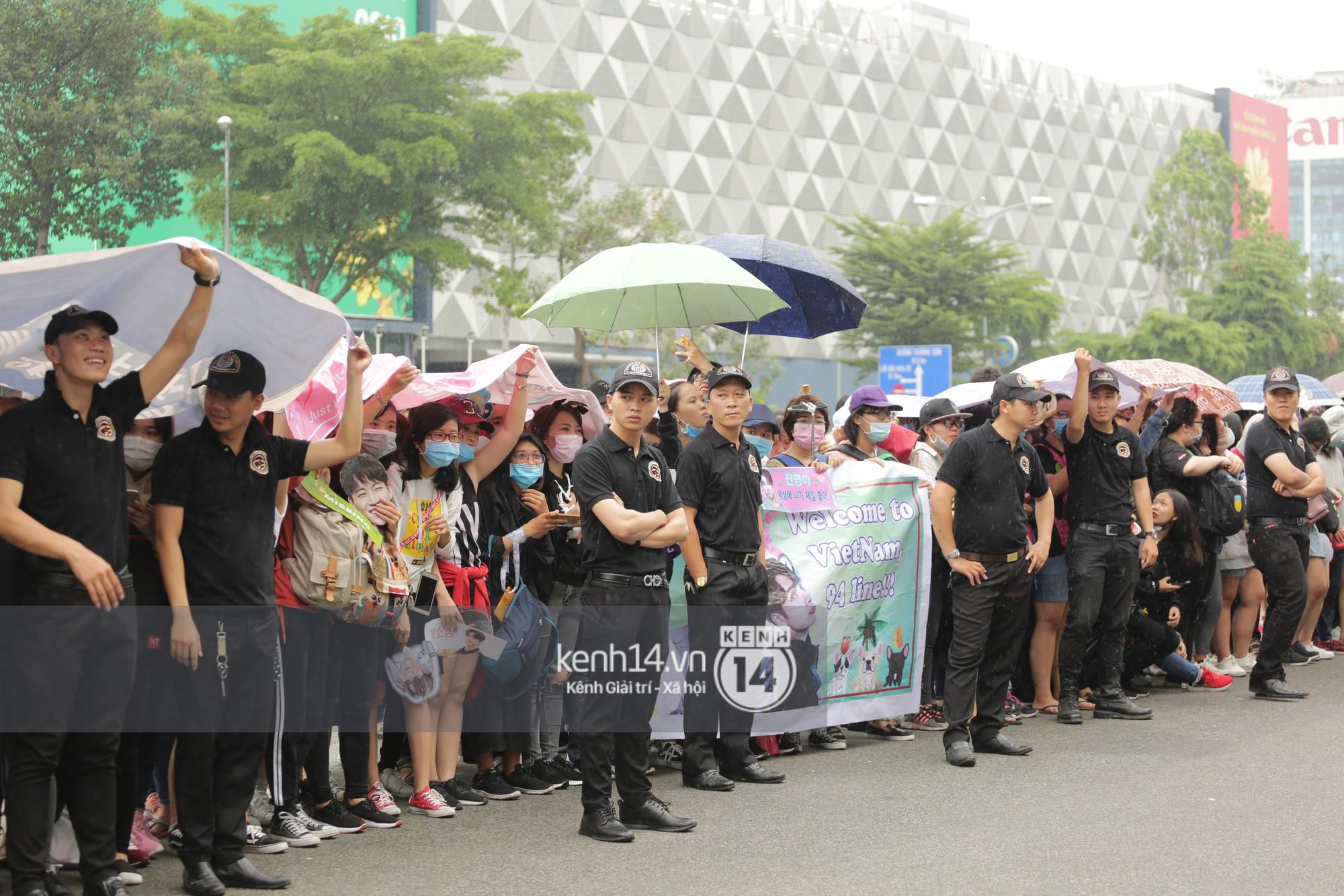 GOT7 cố vẫy chào tại sân bay Tân Sơn Nhất dù trời mưa to, fan Việt gây bất ngờ khi giữ thành hàng ngay ngắn chờ thần tượng - Ảnh 26.