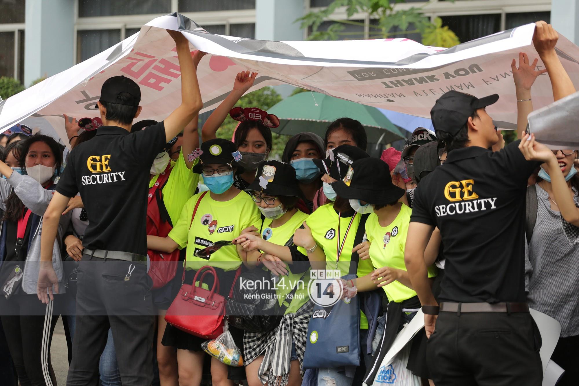 GOT7 cố vẫy chào tại sân bay Tân Sơn Nhất dù trời mưa to, fan Việt gây bất ngờ khi giữ thành hàng ngay ngắn chờ thần tượng - Ảnh 29.