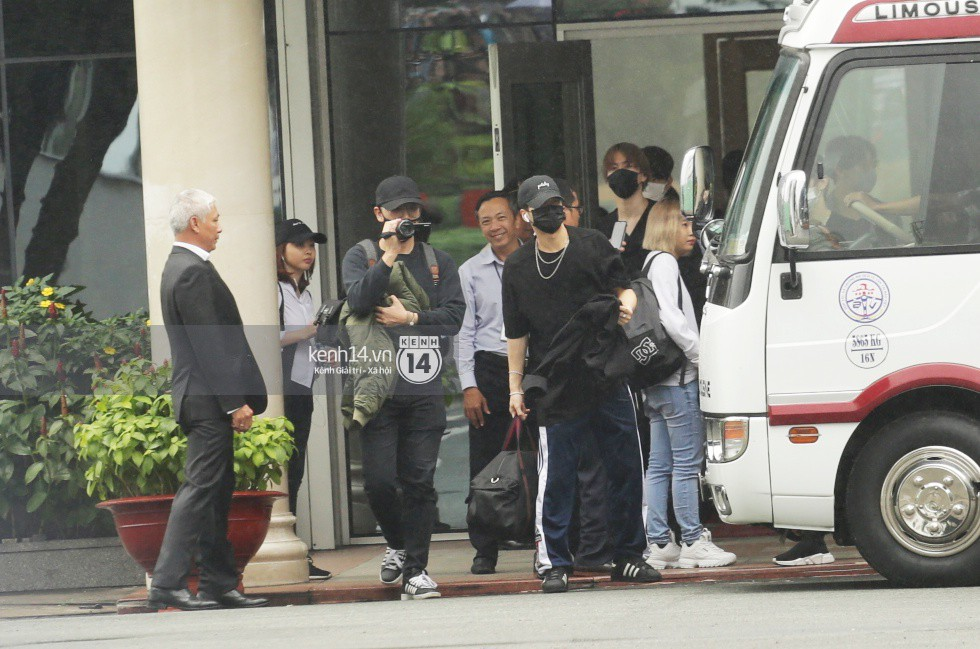 GOT7 cố vẫy chào tại sân bay Tân Sơn Nhất dù trời mưa to, fan Việt gây bất ngờ khi giữ thành hàng ngay ngắn chờ thần tượng - Ảnh 1.