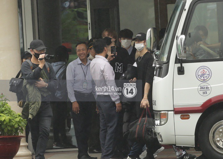 GOT7 cố vẫy chào tại sân bay Tân Sơn Nhất dù trời mưa to, fan Việt gây bất ngờ khi giữ thành hàng ngay ngắn chờ thần tượng - Ảnh 3.