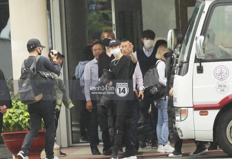 GOT7 cố vẫy chào tại sân bay Tân Sơn Nhất dù trời mưa to, fan Việt gây bất ngờ khi giữ thành hàng ngay ngắn chờ thần tượng - Ảnh 4.